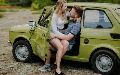Sesja narzeczeńska z Fiatem 126p